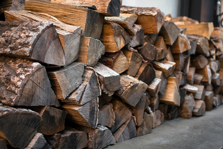 Ein Stapel schönes Holz. Brennholz gehackt und fertig zum Anzünden des Kamins liegen schön. natürliche Energie Standard-Bild