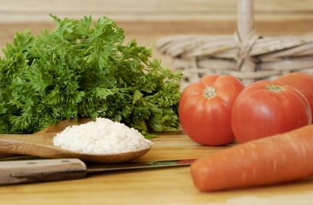 素朴な背景上の各種、新鮮な有機健康食品の宝庫。健康な食べる生活概念の使用可能性があります。野菜、野菜、トマト、米およびニンジンが含まれています。