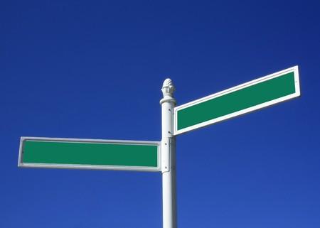 cruce de caminos: Calle firmar en blanco Foto de archivo