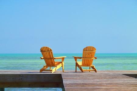 strandstoel: Twee stoelen te wachten om te worden bezet door u in uw volgende vakantie