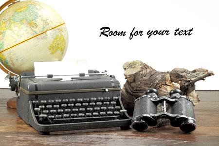 írógép, távcsövek az előtérben fehér