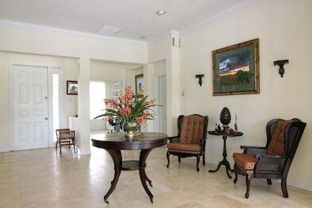 arredamento classico: Vista di una bella formale camera classica seduta