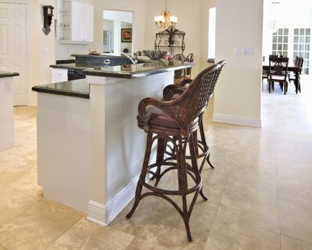 Nézd meg a szép modern konyha bár zöld gránit csúcsok és fehér szekrények