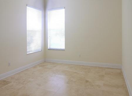 Kilátás egy üres szobában és ablak