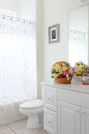 Áttekintés a kis elavult fürdőszoba, egy magánlakás Stock fotó