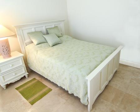 Áttekintése a gyönyörű, modern hálószoba egy magánlakás travertin padló