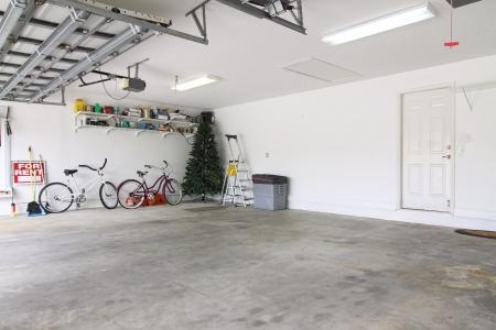 Egy majdnem üres garázs használható tárolására szemét, majd az évek során összegyűjtött