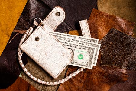 tooled leather: portafoglio in pelle su sfondo di cuoio.
