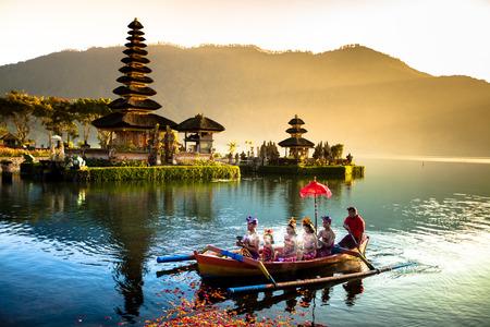 Pura Ulun Danu Tempel am See Beratan. Bali Standard-Bild - 33107749