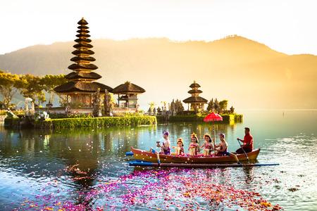 湖 Beratan のプラ ウルン ダヌ寺院。バリ島