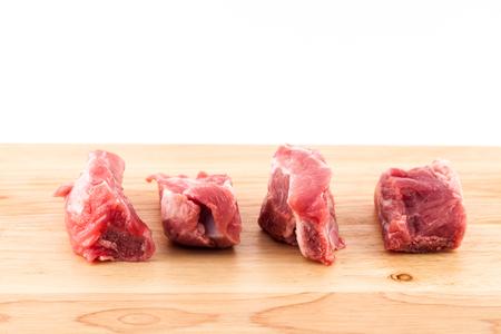 pancetta cubetti: Costine di maiale cruda isolato su sfondo legno. Archivio Fotografico