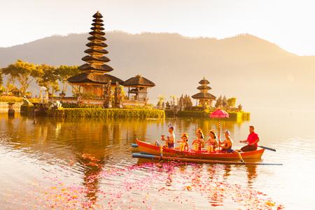 Beratan See in Bali Indonesien, 16. Juni 2015: balinesischen Dorfbewohner, die an traditionellen religiösen Hindu-Prozession in Ulun Danu Tempel Beratan See in Bali Indonesien, 16. Juni 2015 Standard-Bild - 44538928