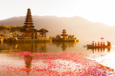 Beratan See in Bali Indonesien, am 16. Juni 2015: Balinesische Dorfbewohner, die an traditioneller religiöser hindischer Prozession im Ulun Danu Tempel Beratan See in Bali teilnehmen Indonesien, 16. Juni 2015 Standard-Bild - 44538933