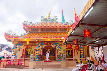 arrepentimiento: TA PA KUA, Phang Nga, Tailandia - 27 de septiembre: La gente celebra el festival vegetariano durante el festival de la mortificación ritual se practica para apaciguar la fotografía Gods.Action La captura de movimiento. Editorial