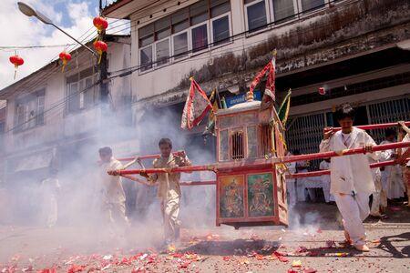 arrepentimiento: TA PA KUA, Phang Nga, Tailandia - 27 de septiembre: La gente celebra el festival vegetariano durante el festival de la mortificaci�n ritual se practica para apaciguar la fotograf�a Gods.Action La captura de movimiento. Editorial