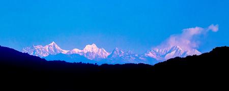 Le Kanchenjunga est la troisième plus haute montagne du monde, au Sikkim, en Inde. Il culmine à 8 586 m (28 169 pieds) dans une partie de l'Himalaya Banque d'images - 55997343