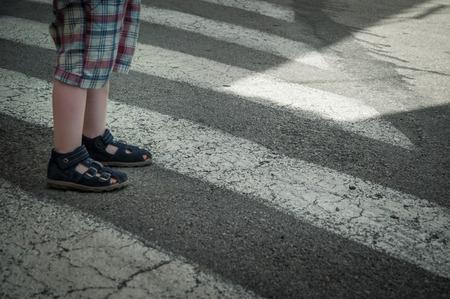 paso de cebra: Chico joven de pie en un paso de peatones