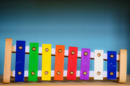 xilofono: xil�fono de juguete delante de fondo azul