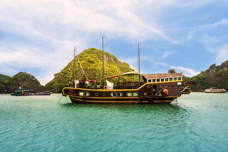 Toeristische cruise bij de Halong-baai, Vietnam. Stockfoto