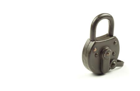 prohibido el paso: Candado cerrado verde sobre fondo blanco. Seguridad y protección de datos