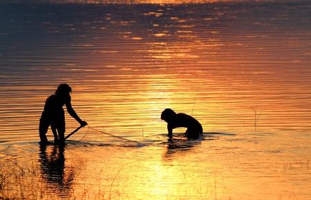 redes de pesca: red de pesca en la puesta de sol