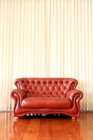 Modernes Interieur mit roten Sofas