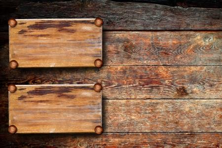 letreros: antiguo letrero de madera en la pared de madera