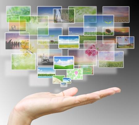 innovativ: Schaltfläche über eine Hand auf grauem Hintergrund Lizenzfreie Bilder