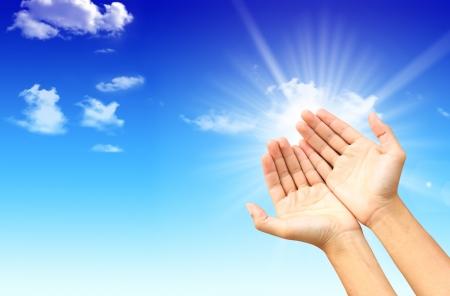 mano de dios: Manos en el cielo