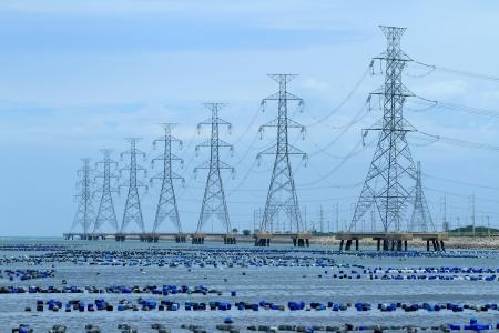 redes electricas: Poste de alta tensi�n en el mar