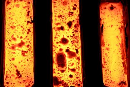 Fonderie - métal en fusion dans le moule - les restes