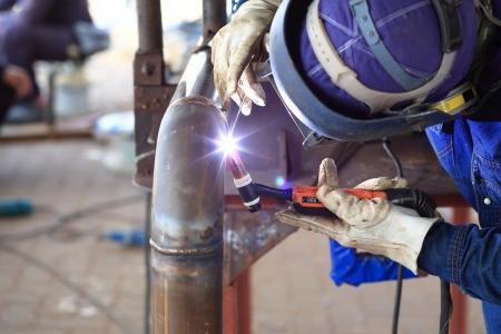 soldador: Soldador en el trabajo de la fábrica