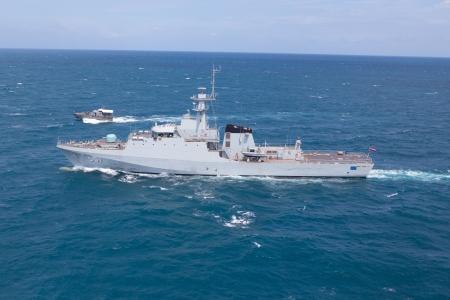radar gun: SATTAHEEP, Tailandia - 21 de junio: HTMS Krabi, un buque de patrulla costa afuera del sistema Royal Thai Navy prueba de control y prueba de velocidad el 21 de junio de 2013 en Sattaheep, Chonburi, Tailandia.