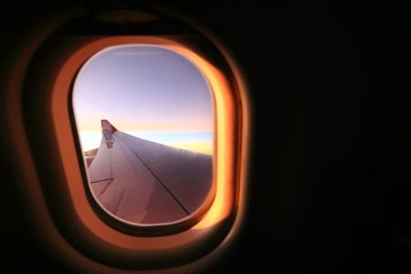 plan éloigné: Fenêtre avion Voyage de temps est le coucher du soleil. Banque d'images