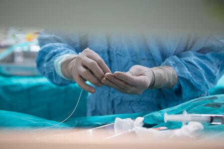Bangkok, Thailand februari 16, 2015: De arts en personeel behandelen met angiografie, dit is een medische beeldvormende techniek om de binnenkant van bloedvaten te visualiseren Redactioneel
