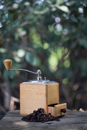 molinillo: Coffee grinder and coffee beans