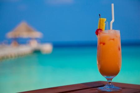 eis: Cocktail vor Strand Kulisse Stock Photo