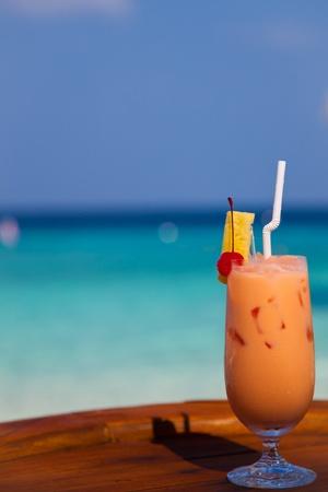 wasser: Cocktail vor Strand Kulisse Stock Photo