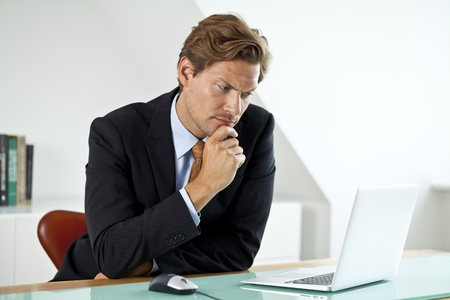 hombre pensando: Empresario Preocupado Se pregunta acerca de algo