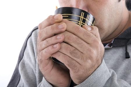 supposedly: mani umane in possesso di una tazza e bere qualcosa di caldo si suppone