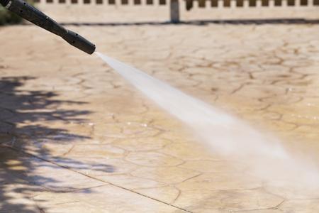 tremp�e: nettoyer le sol avec de l'eau sous pression, closeup photo
