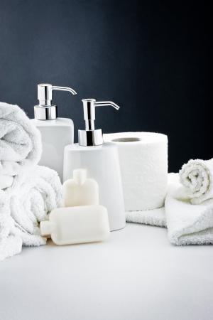 productos de aseo: Accesorios para el baño: jabón, toalla y papel higiénico