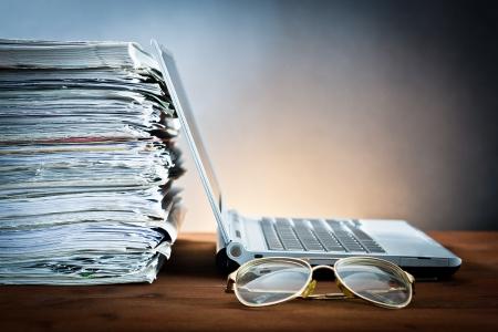 신문, 안경 및 노트북