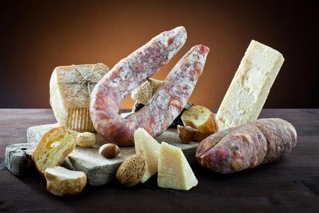 salami: surtido de quesos y embutidos Foto de archivo