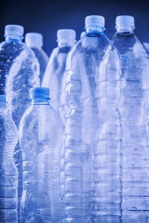 botellas vacias: botellas de plástico vacías Foto de archivo