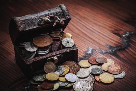 monedas antiguas: monedas antiguas en el pecho