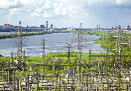 perspectiva lineal: La estaci�n el�ctrica de calor por el r�o Ural Foto de archivo
