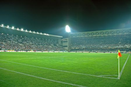 arquero futbol: Guimaraes en el estadio lleno de gente