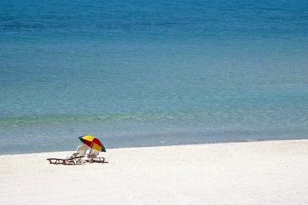 soltería: Sillas de sol en una playa en Varadero, Cuba Foto de archivo
