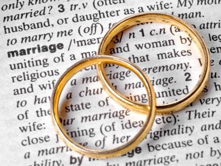 compromiso: Dos anillos de boda junto a la palabra